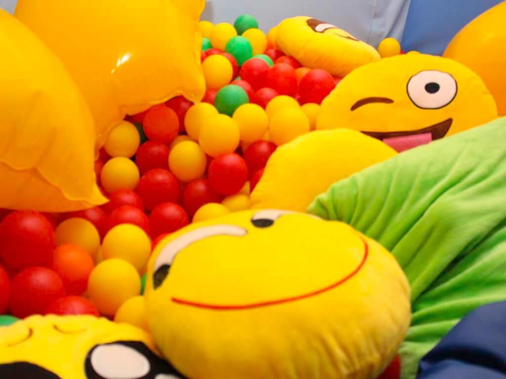 senSI Treatment Ball Pool Emojis